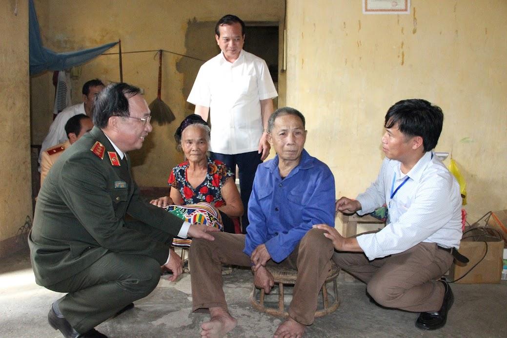 Thượng tướng Nguyễn Văn Thành – Thứ trưởng Bộ Công an thăm và tặng quà cho gia đình ông Lương Văn Hùng, trú tại Bản Mà, xã Ngọc Lâm (có hoàn cảnh đặc biệt khó khăn)