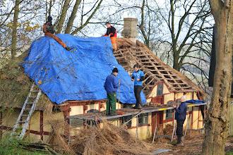 Photo: Det gamle stråtag tages ned.