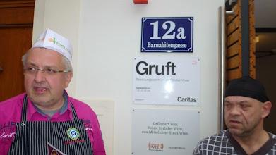 Photo: Noch mißtraut uns der Gruft-Küchenhelfer...
