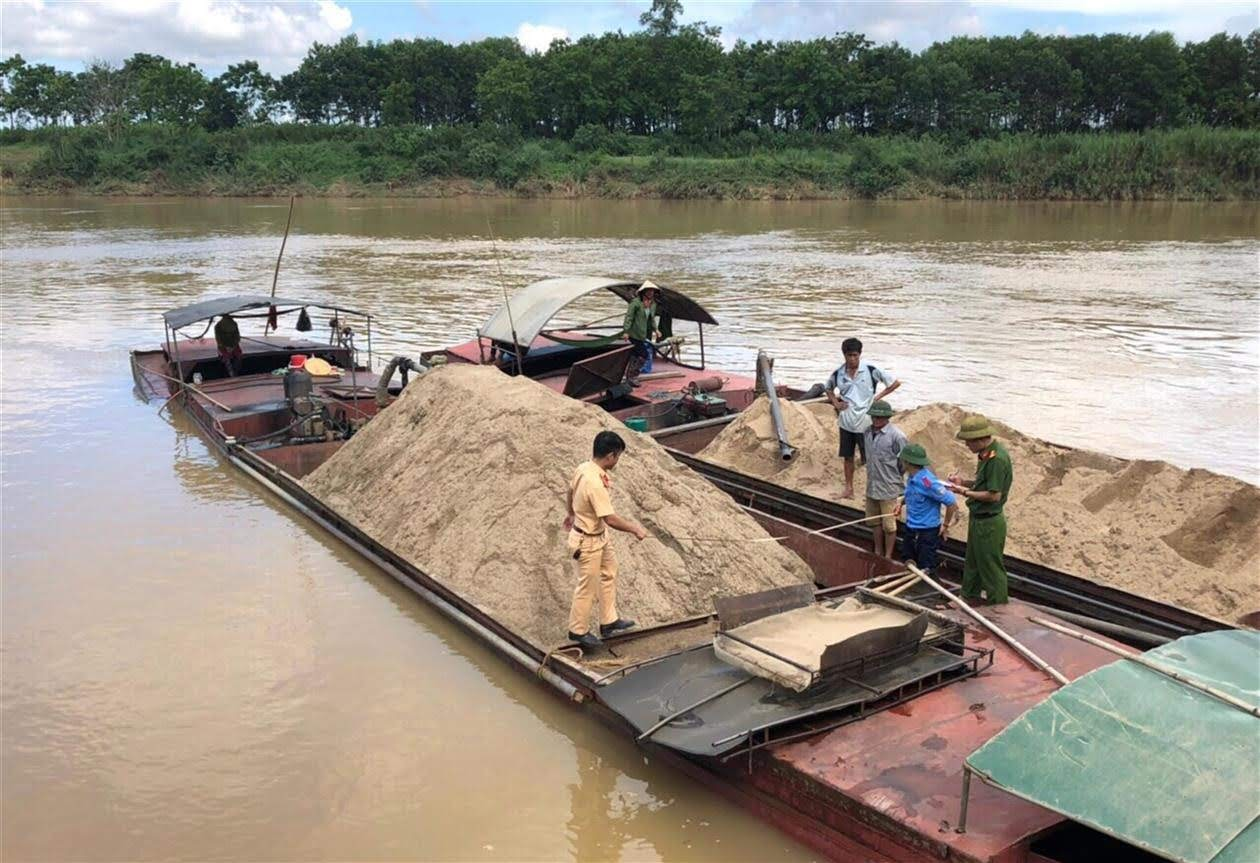 Lực lượng chức năng kiểm tra các thuyền khai thác cát, sỏi trái phép trên sông Lam