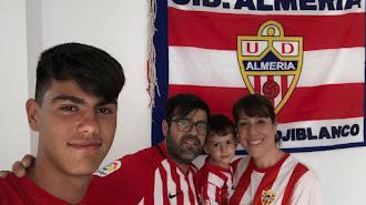 Antonio y su familia en su casa de Blanca (Murcia), un museo rojiblanco.