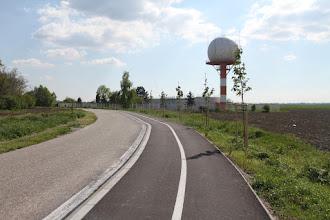Photo: Radar v blízkosti letiska, ktoré sa dá pekne obísť popri obvodovom plote až k Malému Dunaju (mohyla je vľavo v stromoch)