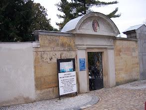 Photo: Nenápadný vchod na hřbitov - kdo by řekl, že v těchto místech bývala apsida původního kostela sv. Petra a Pavla?