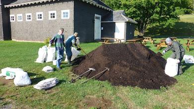 Photo: Les 9 verges de compost à 9h vendredi matin, Jean-Claude, Jean-Louis et Suzanne sont déjà à l'oeuvre