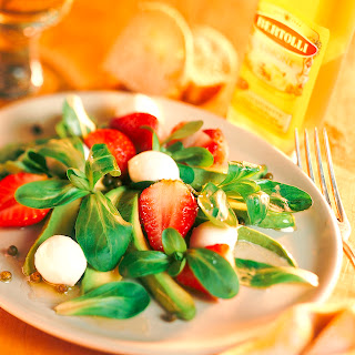 Feldsalat mit Avocado, Erdbeeren und grünem Pfeffer