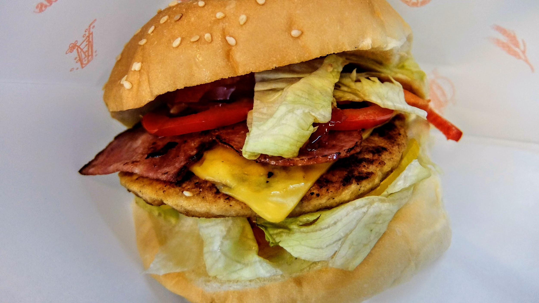 飽飽漢堡,中間的料很特別,搭起來也不錯喔...醬料帶著一點甜甜味道..