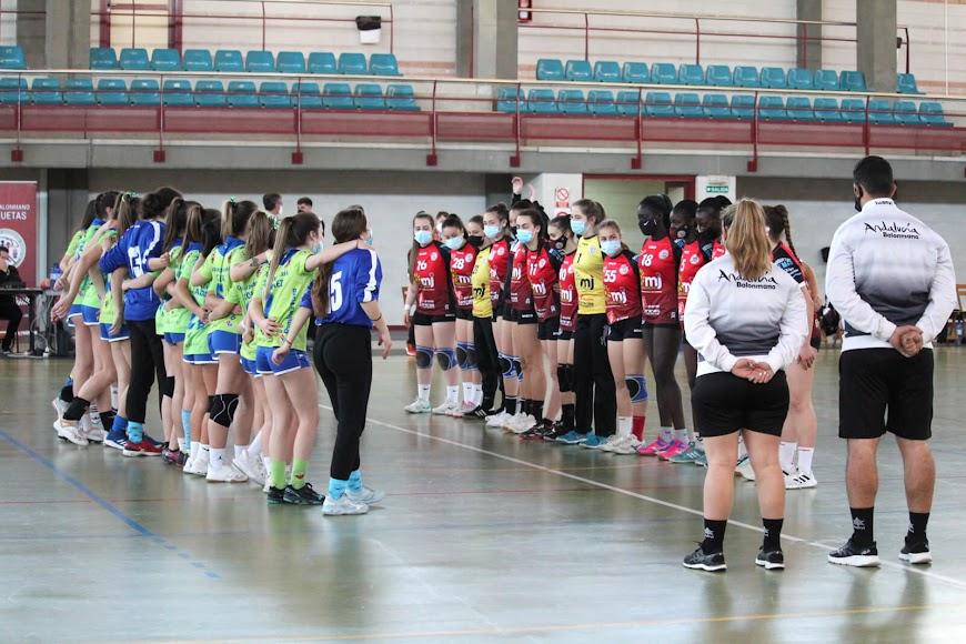 Los equipos se saludan en la pista.