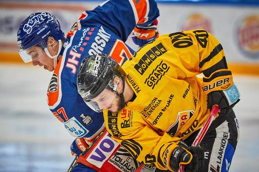 KalPa-hyökkääjä Mikko Nuutinen teki rajusti töitä läpi ottelun. (Kuva: Janne Pirinen)