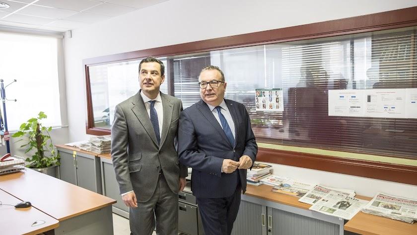 Juanma Moreno, presidente de la Junta, junto a Pedro M. de la Cruz, director de LA VOZ, durante su visita al periódico.