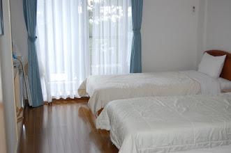 Photo: 205号室 洋室3名部屋 テレビ有、エアコン有、冷蔵庫有、 トイレ有、バスルーム無