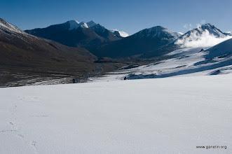 Photo: Спуск с French pass по твердому фирну. Второй справа Dhapa peak. Перевал Dhapa pass расположен между первой справа и второй вершинами.