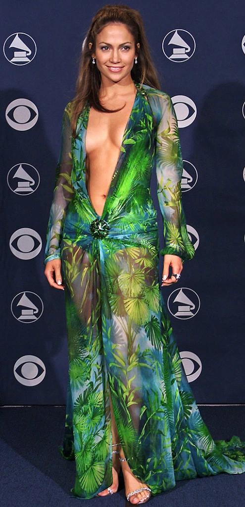 Pour ouvrir le balle, Jennifer Lopez  et la fameuse robe verte Versace qui n'est plus à présenter.  C'est lors de la 42ème cérémonie  des Grammy awards en 2000 qu'elle fait sensation avec cette robe dessiné par Donatella qui deviendra mythique