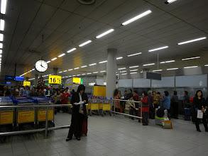 Photo: 荷物を取った人からグループにわかれて。