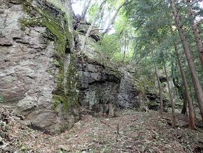 岩の脇を進む