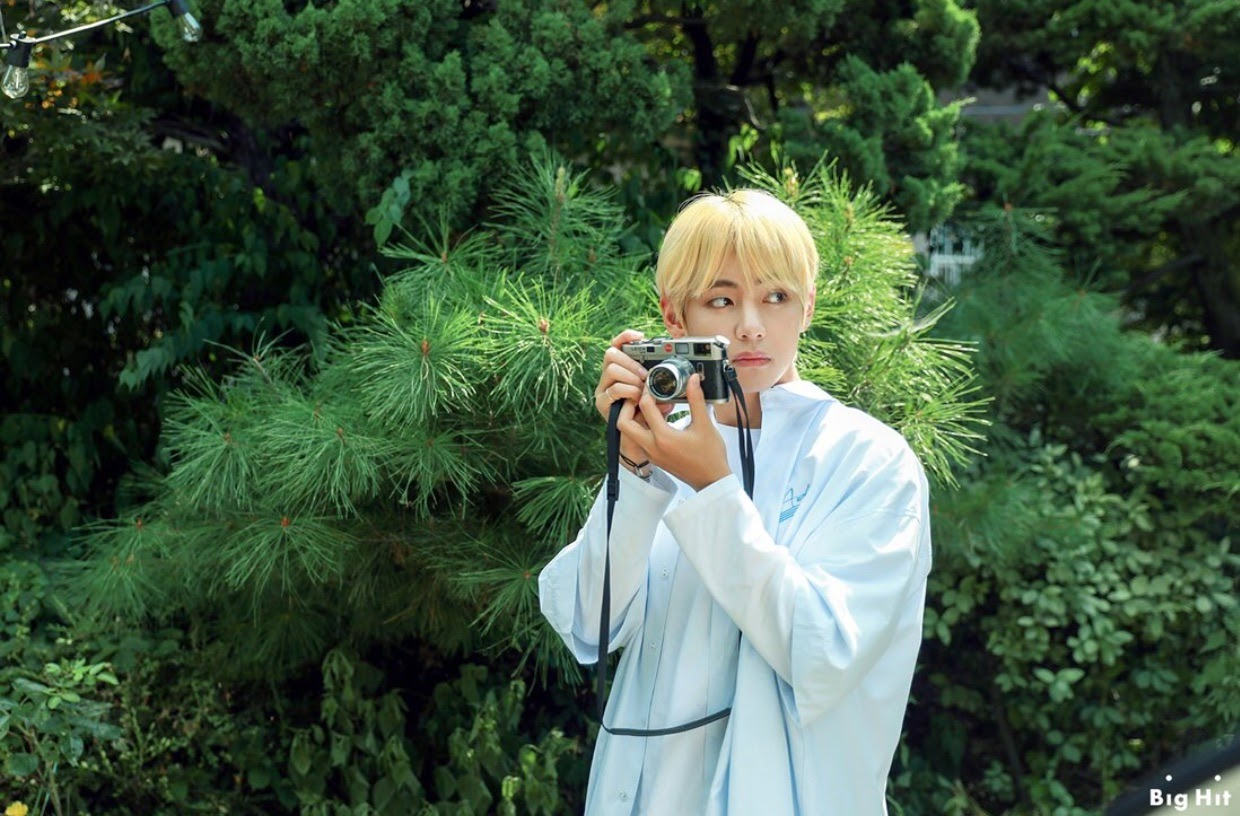 kin taehyung with camera