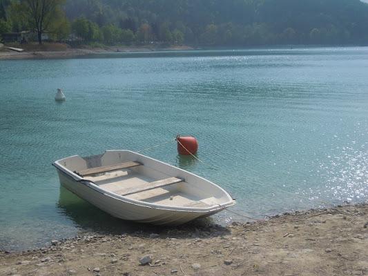 Barchetta in riva a un lago di sincera81