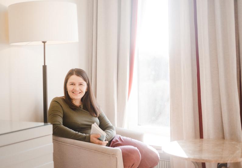 Галина Иевлева смотрит в окно