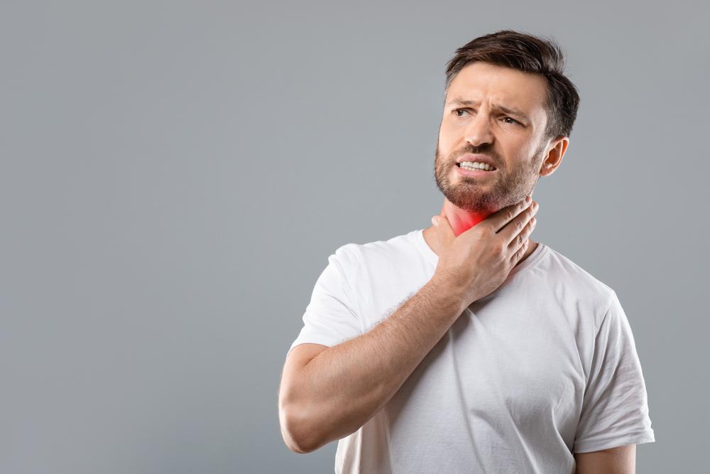 Infecções constantes nas amígdalas podem indicar a necessidade de cirurgia. (Fonte: Prostock-studio/Shutterstock/Reprodução)