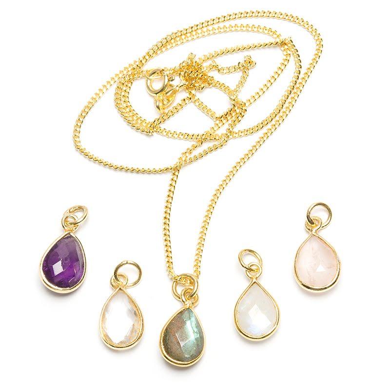 Flera olika hängen, fasettslipad droppe i guldpläterat silver
