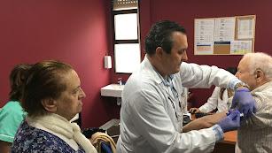 Una de las primeras personas vacunadas, esta mañana en un centro de salud de la capital.