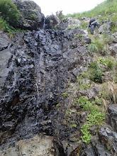 Photo: この沢一番の難しさ7m黒い滝、上部にてセミに。。。左手にてなんとかホールドを探して無事クリア