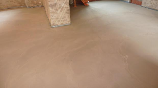 sol-en-beton-cire-apres-renovation-sur-ancien-sol-carrele-les-betons-de-clara-reseau-de-applicateurs-specialise-dans-le-revetement-enduit-en-beton-cire