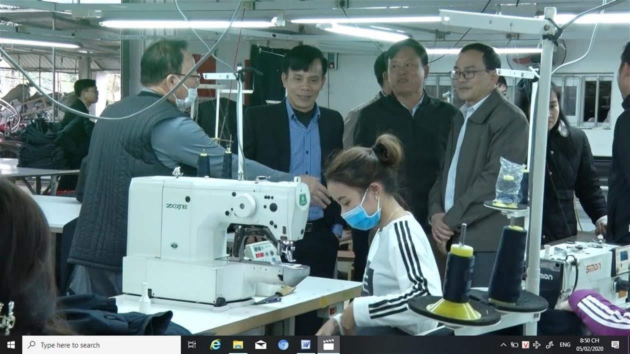 Chủ tịch UBND TP Vinh cùng đoàn công tác thăm, kiểm tra một cơ sở sản xuất