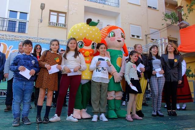 Las mascotas y la alcaldesa junto a los niños que le han dado nombre a la mascota hermano de Gadorina, Gadorín.