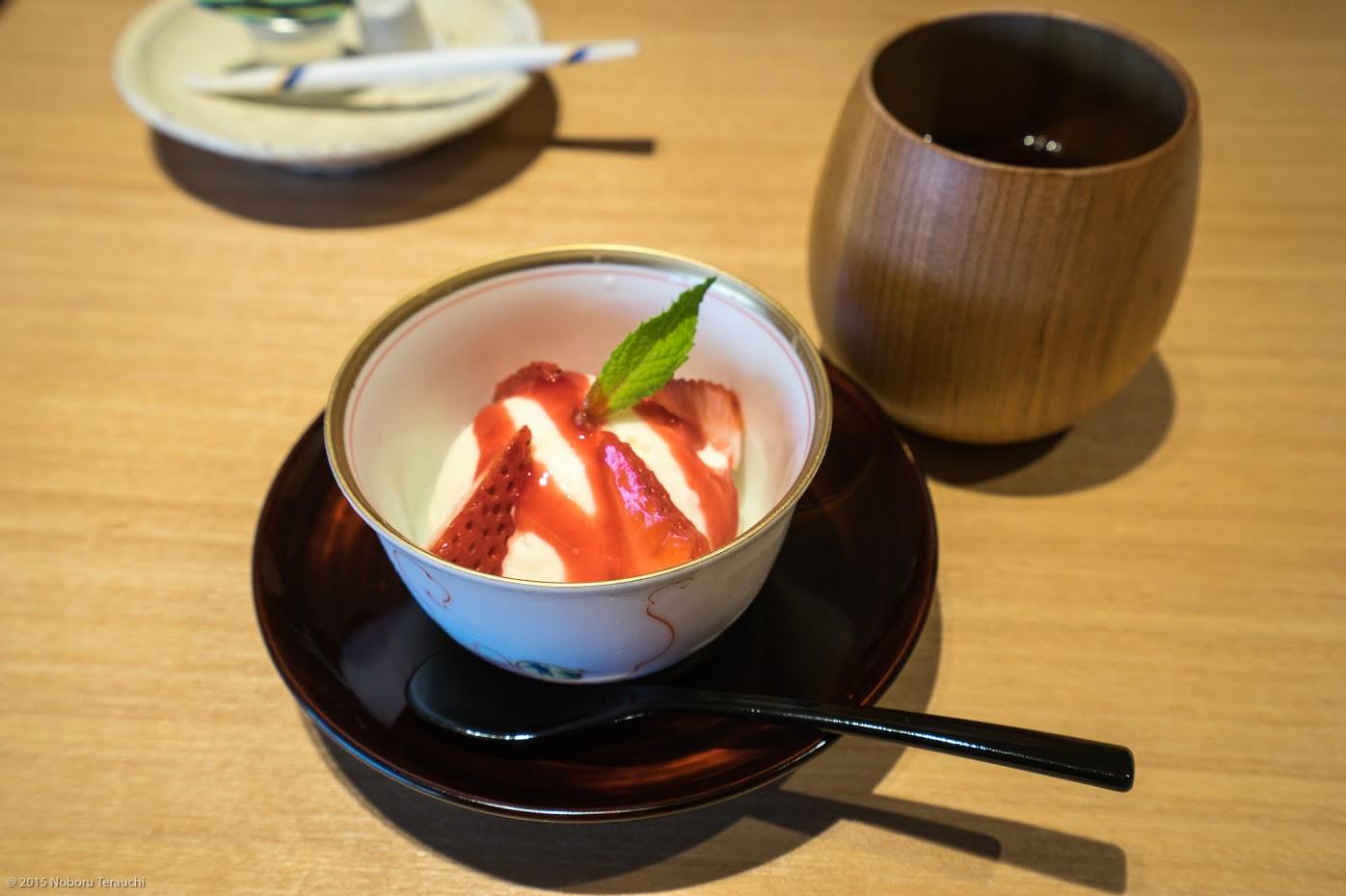 バニラアイスのラズベリーソースと比布の苺