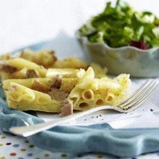 Penne-Parmesan-Frittata mit Thunfisch und geröstetem Brot