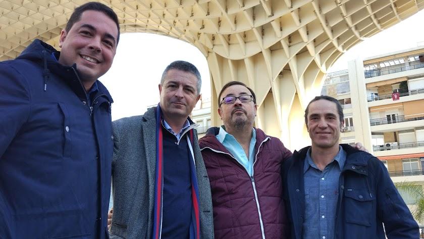 Juan Gabriel García y Juanen Pérez Miranda, autores de la obra, junto a Manuel Martín Cuenca y Damián París, recientemente en Sevilla.