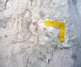 Photo: Equerre jaune sur calcaire blanc.