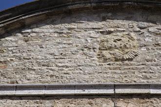 Photo: Un détail de la façade sur la 2ème pierre rectangulaire en partant de la G.