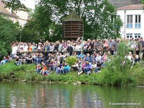 Photo: Je nach Wetterlage wohnen 5.000 bis 15.000 Zuschauer dem jährlichen Stocherkahnrennen bei.