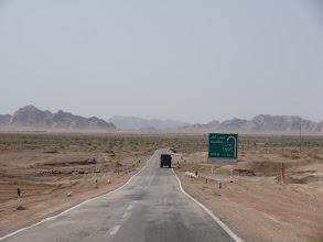 Photo: Z Mashhadu se vydáváme na 950 km dlouhou cestu do Yazdu, která vede mezi pouštěmi Dasht-e Kavir (neboli Velká solná poušť) a Dasht-e Lut.