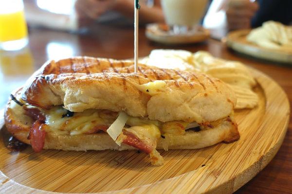 Sunny Cafe‧熱壓古巴三明治 焗烤燻雞貝果 適合自拍或被拍的平日不限時咖啡店~