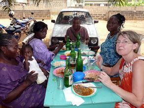 Photo: repas sympa dans un maquis, puis arrivée le soir à Cotonou, épuisés de chaleur !
