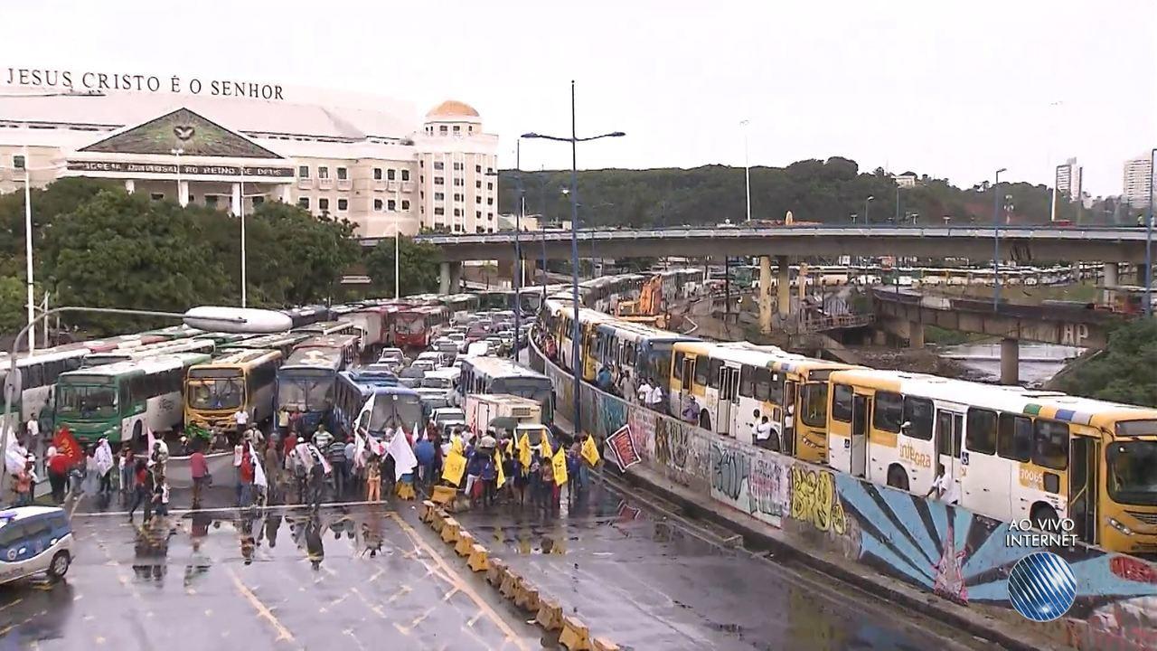 Dia de paralisações: manifestantes param o trânsito na região do Iguatemi