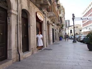 Photo: Eine kurze Kaffeepause in Barletta gestaltet sich als gar nicht einfach, da eigentlich alle Bars geschlossen sind. Nur diese Dame hat Mitleid mit der durstigen Bikerin in der Mittagshitze.