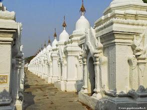 Photo: #021-Mandalay, Kuthodaw Pagoda, 729 pagodes blanchies à la chaux.