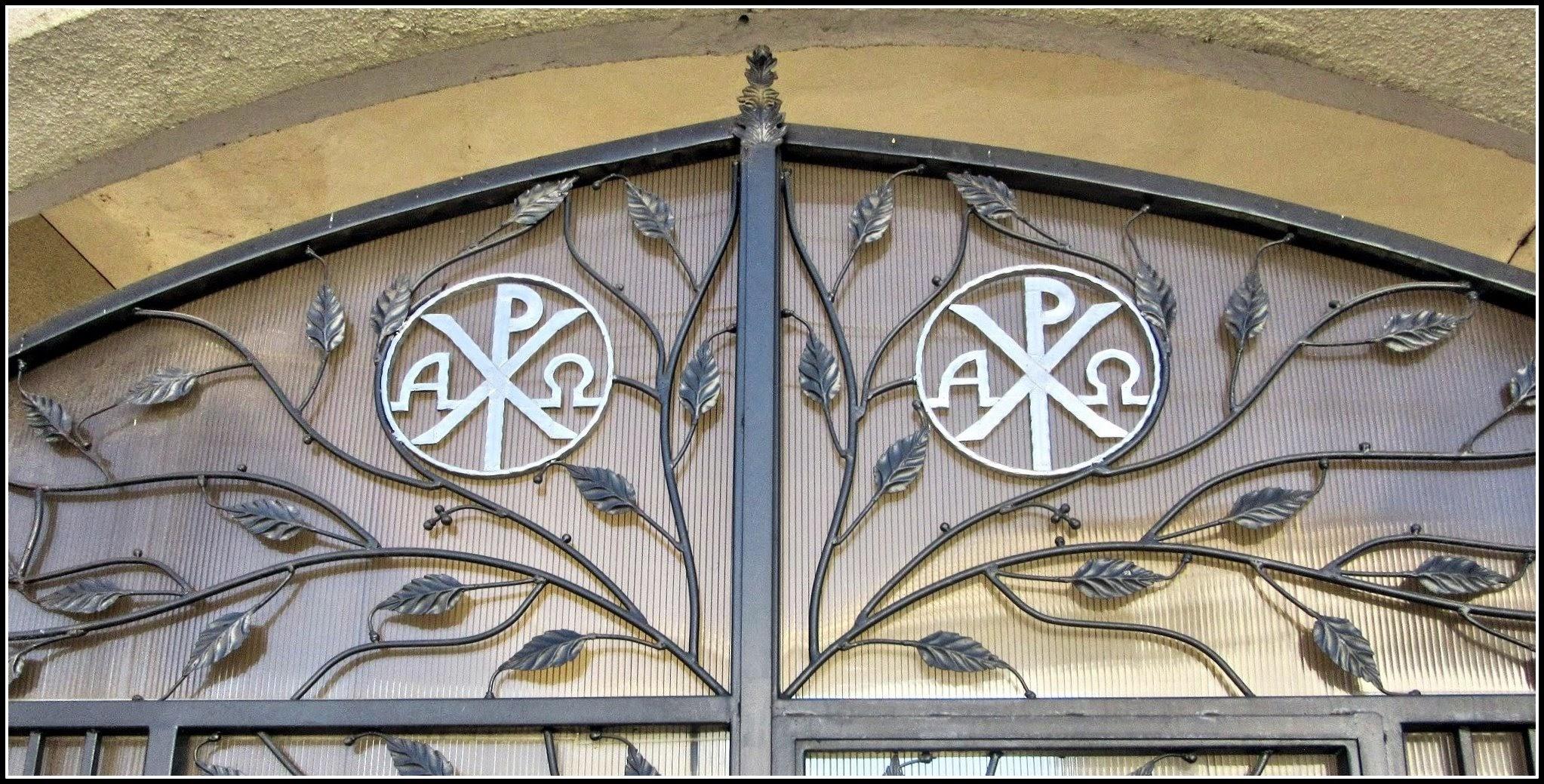 """Photo: """"SIMBOLURI CREŞTINE LA TURDA Biserica Baptistă """"Speranţa"""" din Turda, str.Coşbuc nr.9, are pe poartă două simboluri creştine (litere greceşti):  - A (Alfa) şi Ω (Omega): """"Eu sunt Cel dintâi şi Cel de pe urmă"""". - X (H) şi P (R): monograma lui Isus Cristos.""""  Foto: Ana-Maria Catalina.   info Facebook, R.C - 2017 https://www.facebook.com/photo.php?fbid=1883171605329651&set=a.1461038877542928.1073741826.100009104908756&type=3&theater"""