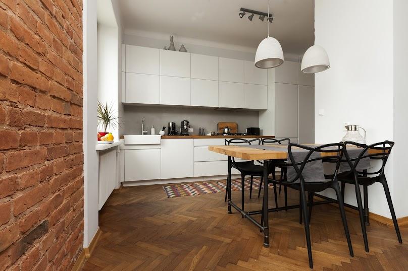 Nowoczesny design i funkcjonalna przestrzeń salonu z aneksem kuchennym