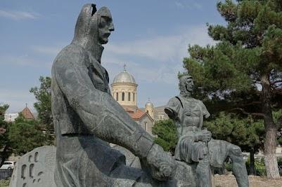 Dieses Denkmal in Gori will offensichtlich auf den Grauen des Krieges hinweisen.