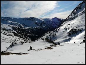 """Photo: Vista atras, nos """"persiguen"""" dos esquiadores."""