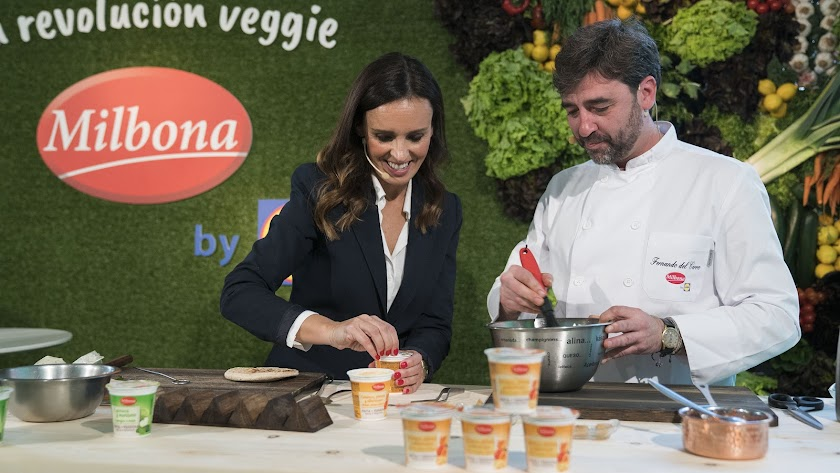 El cocinero Fernando del Cerro, durante un showcooking de presentación de los yogures de verduras