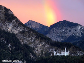Photo: FÜSSEN: Regenbogen über Neuschwanstein  in der ersten Pause Götterdämmerung am 17.9.2015. Foto: Klaus Billand