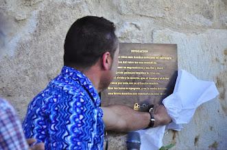 Photo: Carlos Marzal descubre una de las placas