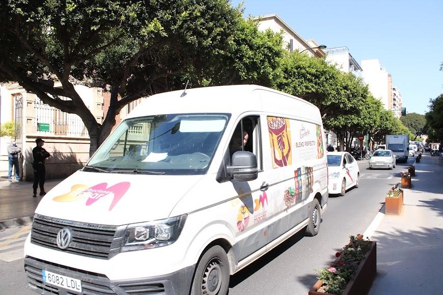 La caravana de vehículos de protesta de Ashal ante la Delegación de Gobierno de la Junta.