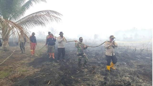 Aplikasi Dashboard Lancang Kuning, Temukan 36 Hotspot, Anggota Polda Riau Berjibaku Padamkan Api