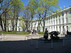 Photo: Nádvoří Zimního paláce se vstupem do Ermitáže.